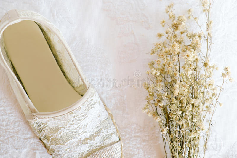 Άσπρο εκλεκτής ποιότητας ύφος δαντελλών παπουτσιών στοκ φωτογραφίες
