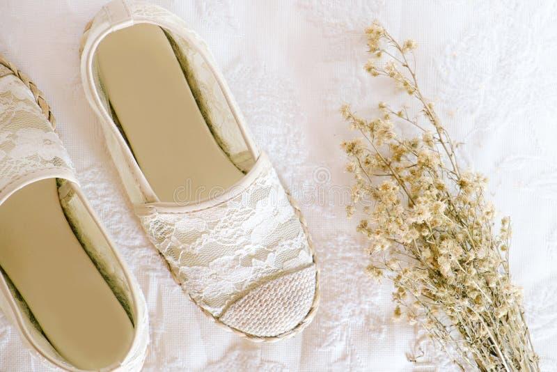 Άσπρο εκλεκτής ποιότητας ύφος δαντελλών παπουτσιών στοκ εικόνα