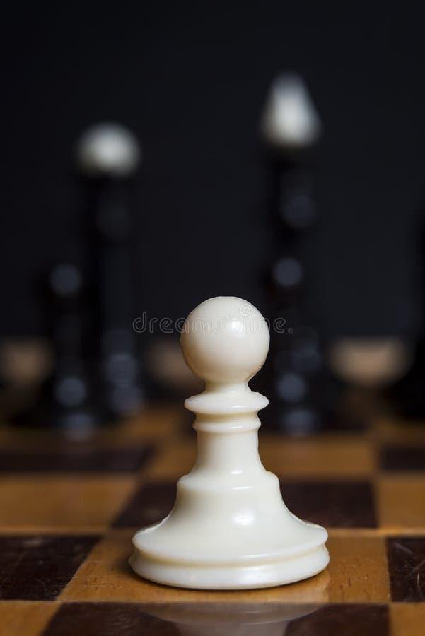 Άσπρο ενέχυρο κομματιού σκακιού σε μια σκακιέρα Παιχνίδι σκακιού Ενέχυρο ενάντια σε όλους στοκ φωτογραφία με δικαίωμα ελεύθερης χρήσης