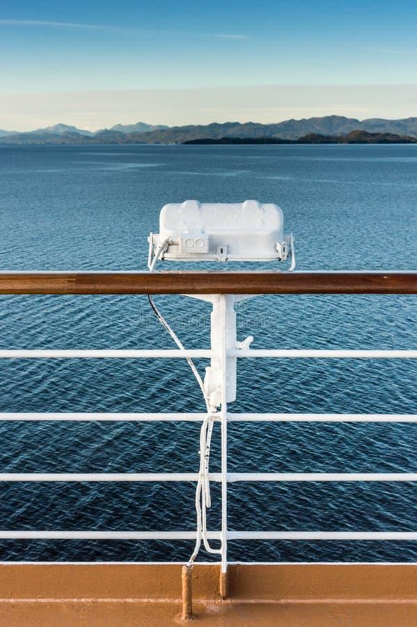 Άσπρο εξωτερικό ελαφρύ προσάρτημα μετάλλων στο κιγκλίδωμα του κρουαζιερόπλοιου, Αλάσκα μέσα στη διαδρομή μεταβάσεων στοκ φωτογραφίες