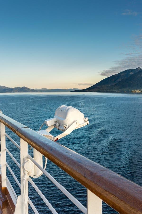 Άσπρο εξωτερικό ελαφρύ προσάρτημα μετάλλων στο κιγκλίδωμα του κρουαζιερόπλοιου, Αλάσκα μέσα στη διαδρομή μεταβάσεων στοκ φωτογραφία