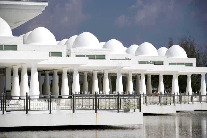Άσπρο επιπλέον μουσουλμανικό τέμενος στοκ φωτογραφία με δικαίωμα ελεύθερης χρήσης