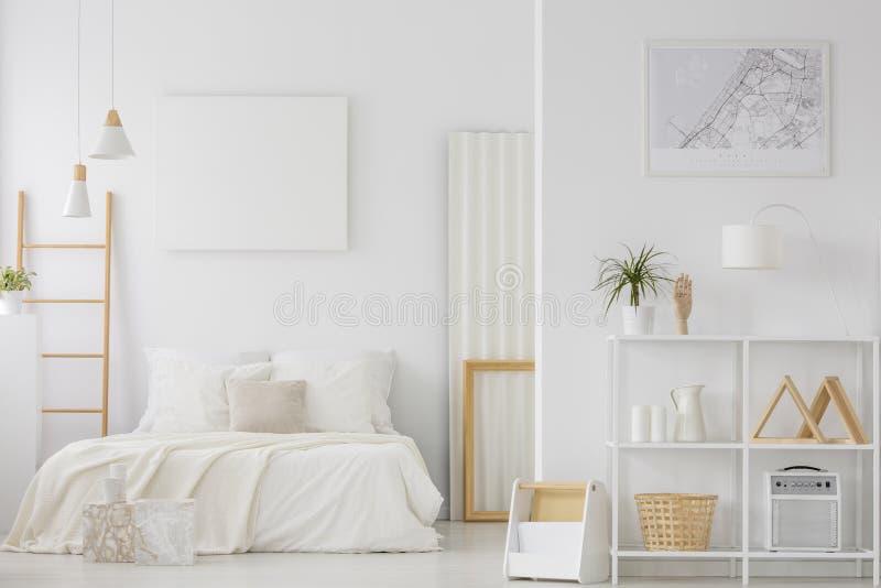 Άσπρο εσωτερικό κρεβατοκάμαρων στοκ εικόνες