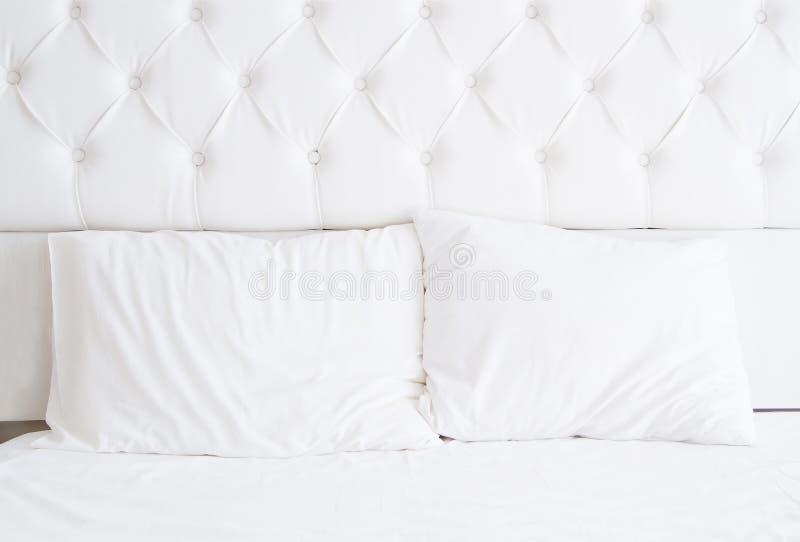 Άσπρο εσωτερικό σχέδιο κρεβατοκάμαρων με το κρεβάτι και τα κενά μαξιλάρια Η τοποθέτηση στο κρεβάτι χαλαρώνει το χρόνο Χλεύη επάνω στοκ εικόνες
