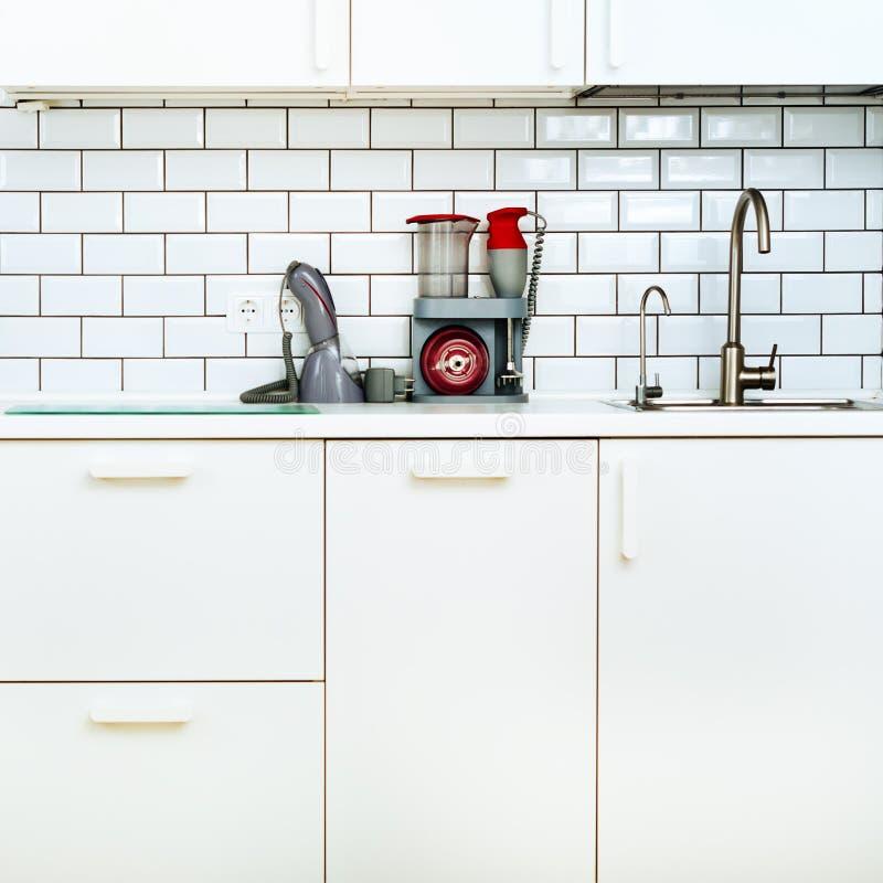 Άσπρο εσωτερικό σχέδιο, σύγχρονη και μινιμαλιστική κουζίνα ύφους με τις οικιακές συσκευές Ανοιχτός χώρος στο σύνολο καθιστικών στοκ εικόνες