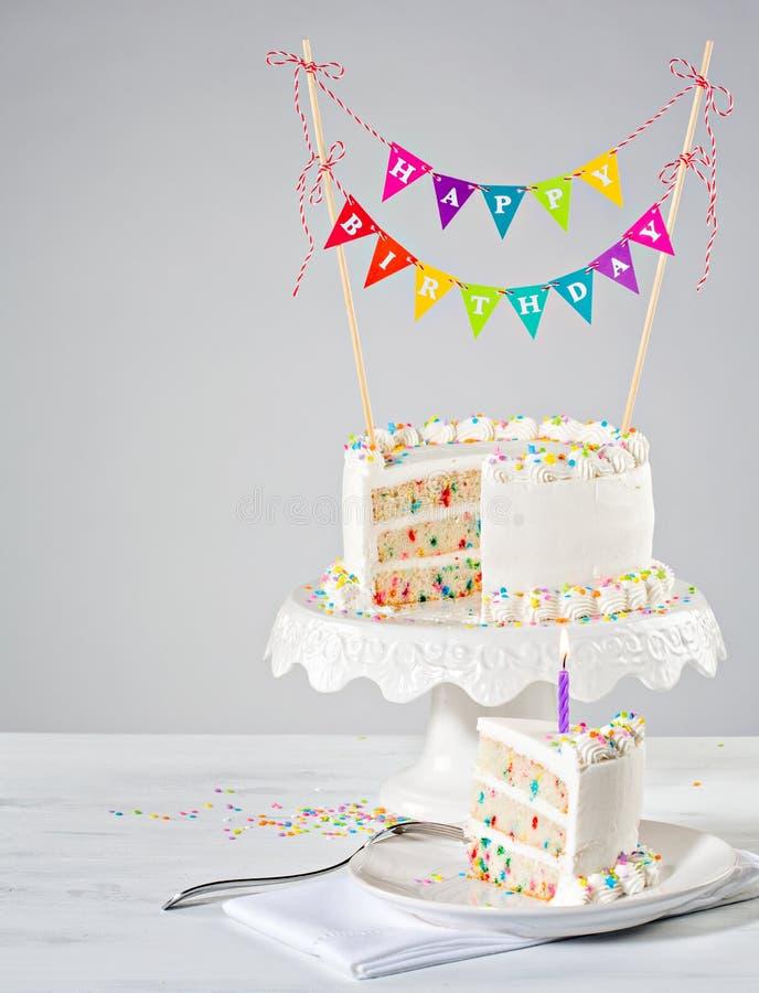 Άσπρο ζωηρόχρωμο ύφασμα κέικ γενεθλίων στοκ φωτογραφία