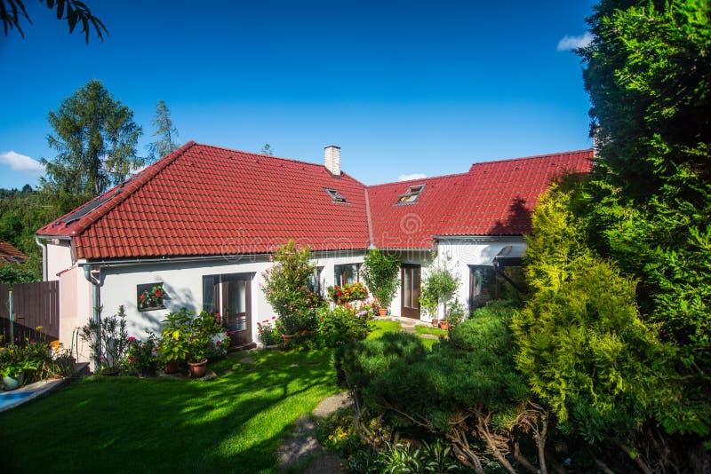 Άσπρο θερινό εξοχικό σπίτι στοκ εικόνες