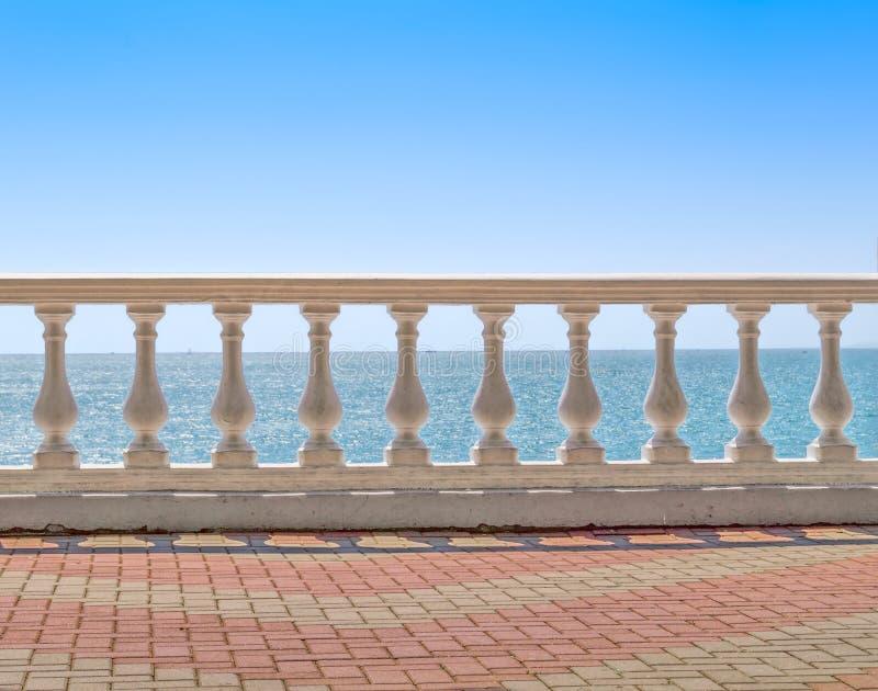 Άσπρο κάγγελο που αγνοεί τη θάλασσα στοκ εικόνα