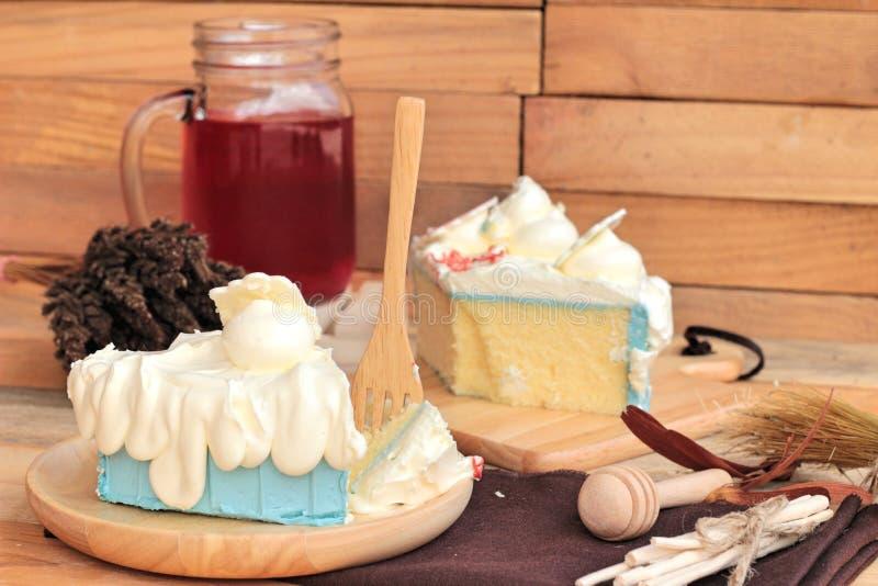 Άσπρο κέικ κρέμας εύγευστο και κόκκινη σόδα μιγμάτων νερού ποτών στοκ εικόνες