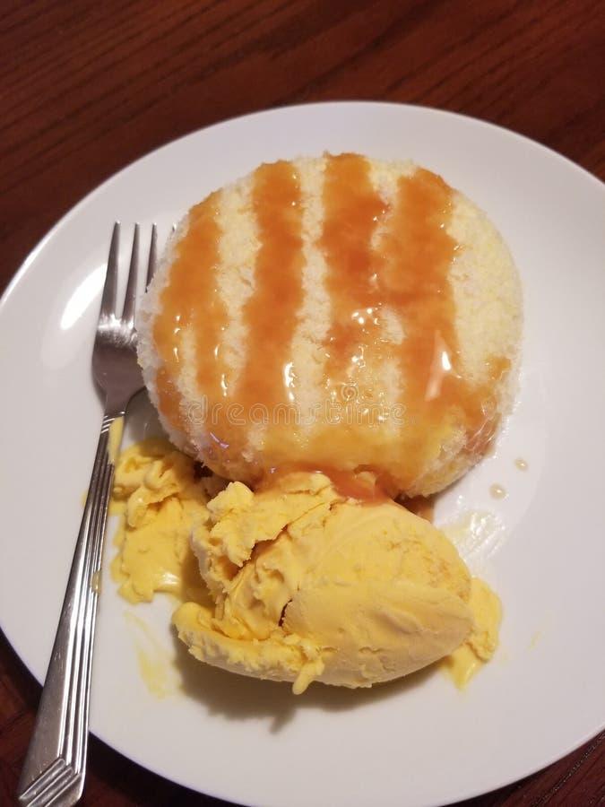 Άσπρο κέικ με τη σπιτική έρημο παγωτού μάγκο στοκ εικόνες