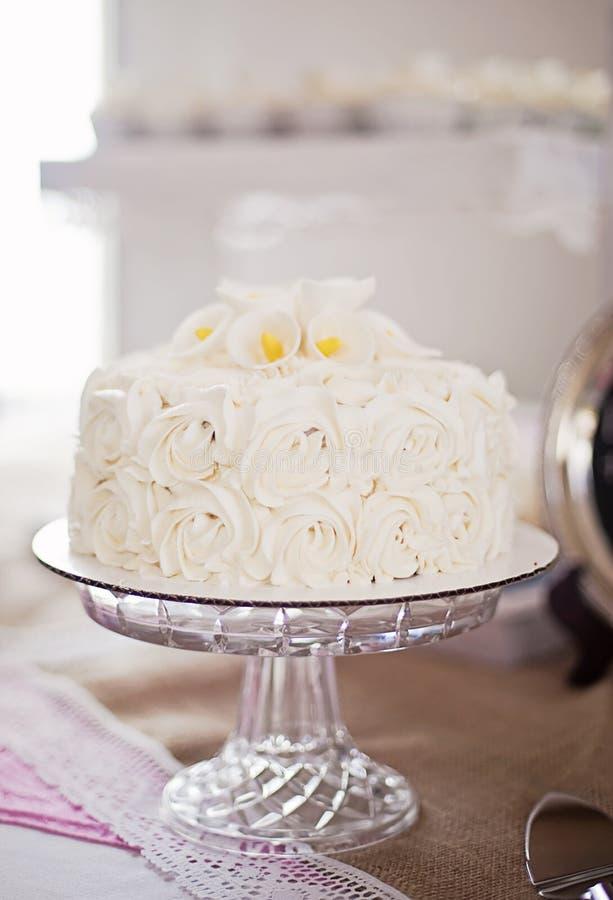 Άσπρο κέικ τριαντάφυλλων στοκ εικόνες