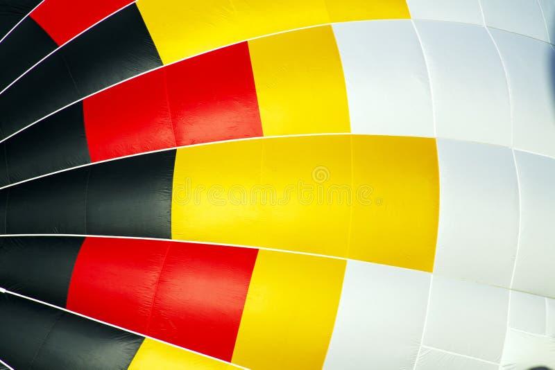 Άσπρο, κίτρινο, κόκκινο και μαύρο μπαλόνι ζεστού αέρα στο φεστιβάλ μπαλονιών στοκ φωτογραφία με δικαίωμα ελεύθερης χρήσης