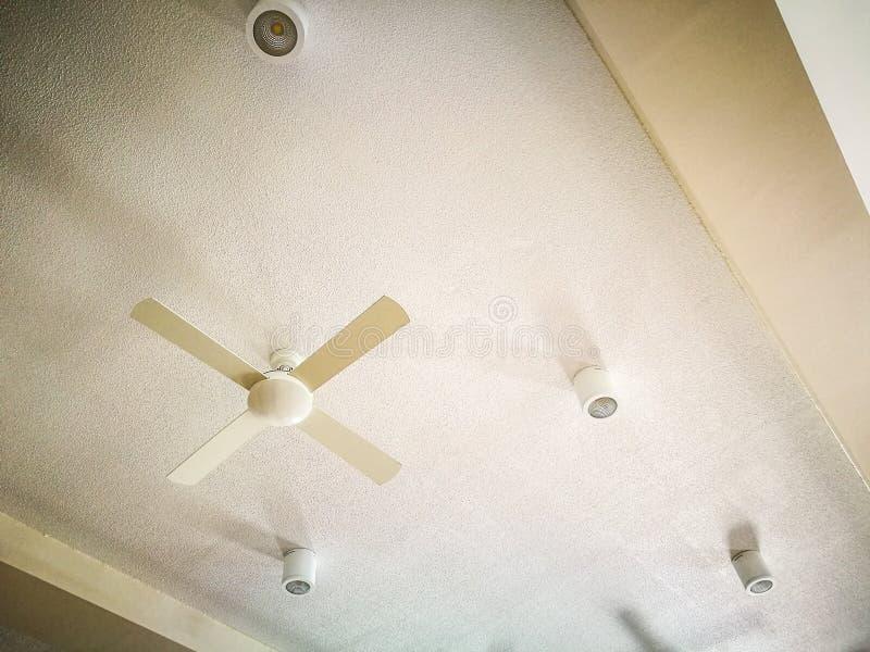 Άσπρο καθαρό ανώτατο όριο με τον άσπρους ηλεκτρικούς ανεμιστήρα και τα επίκεντρα στοκ εικόνες με δικαίωμα ελεύθερης χρήσης