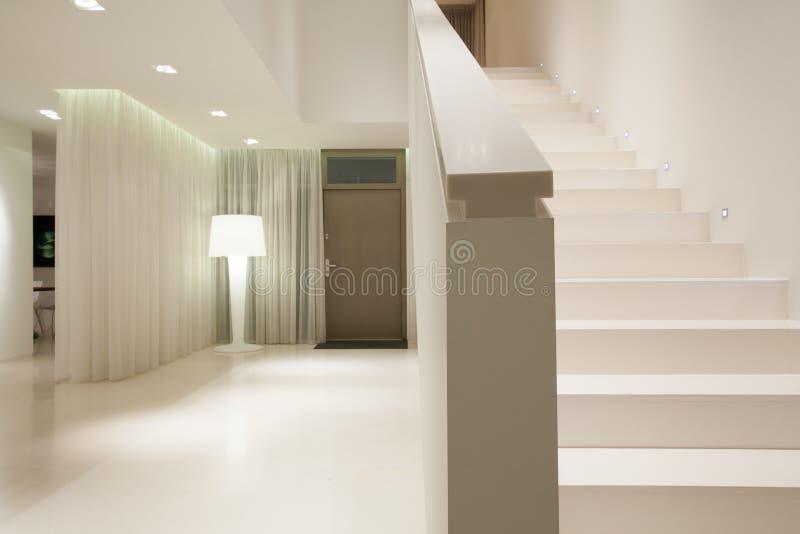 Άσπρο καθαρό αποσυνδεμένο σπίτι στοκ φωτογραφία με δικαίωμα ελεύθερης χρήσης