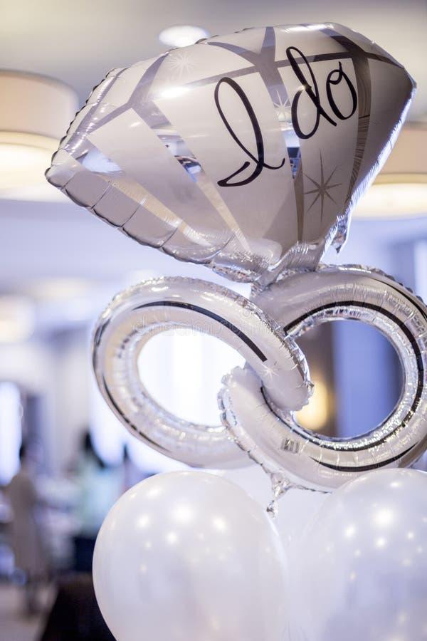 Άσπρο και ασημένιο mylar μπαλόνι δέσμευσης που λέει, στοκ φωτογραφίες