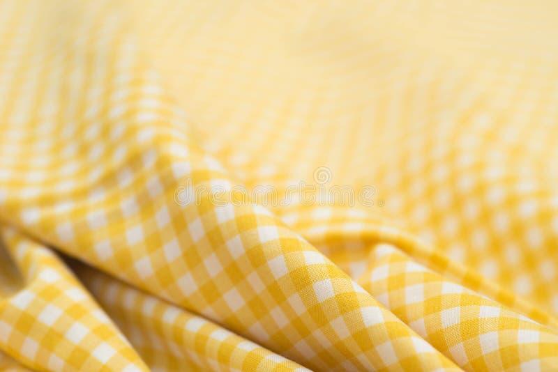 Άσπρο και κίτρινο ελεγμένο τραπεζομάντιλο στοκ εικόνα
