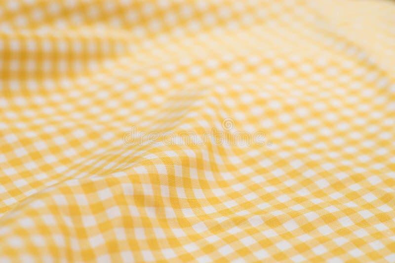 Άσπρο και κίτρινο ελεγμένο τραπεζομάντιλο στοκ φωτογραφίες με δικαίωμα ελεύθερης χρήσης