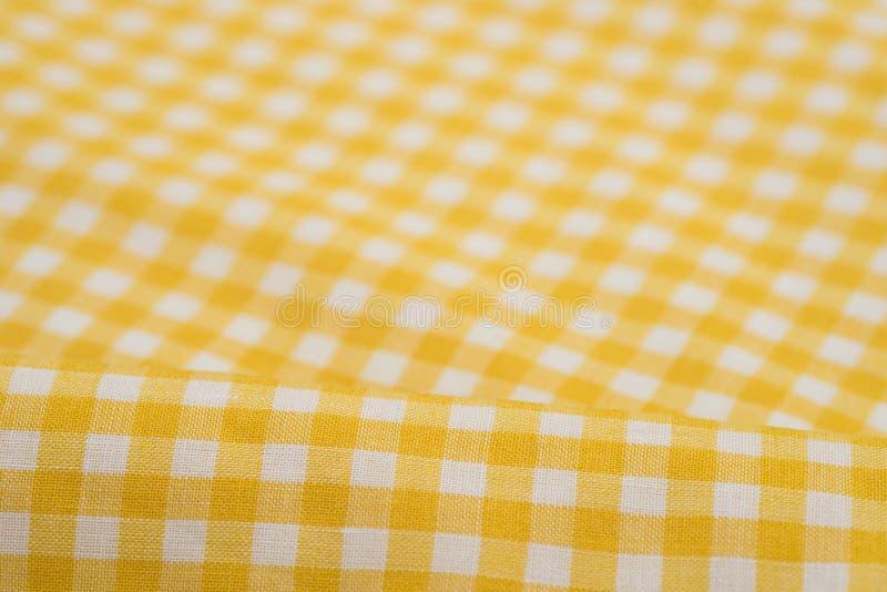 Άσπρο και κίτρινο ελεγμένο τραπεζομάντιλο στοκ εικόνα με δικαίωμα ελεύθερης χρήσης