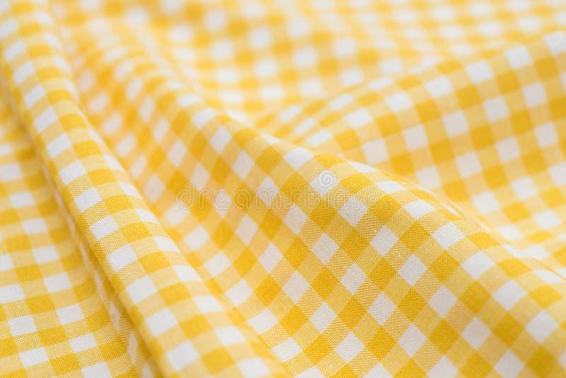 Άσπρο και κίτρινο ελεγμένο τραπεζομάντιλο στοκ εικόνες με δικαίωμα ελεύθερης χρήσης