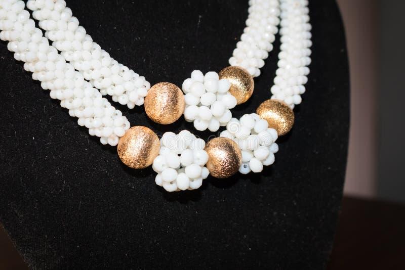 Άσπρο και χρυσό περιδέραιο με τα σκουλαρίκια των χαντρών 35 στοκ εικόνα με δικαίωμα ελεύθερης χρήσης