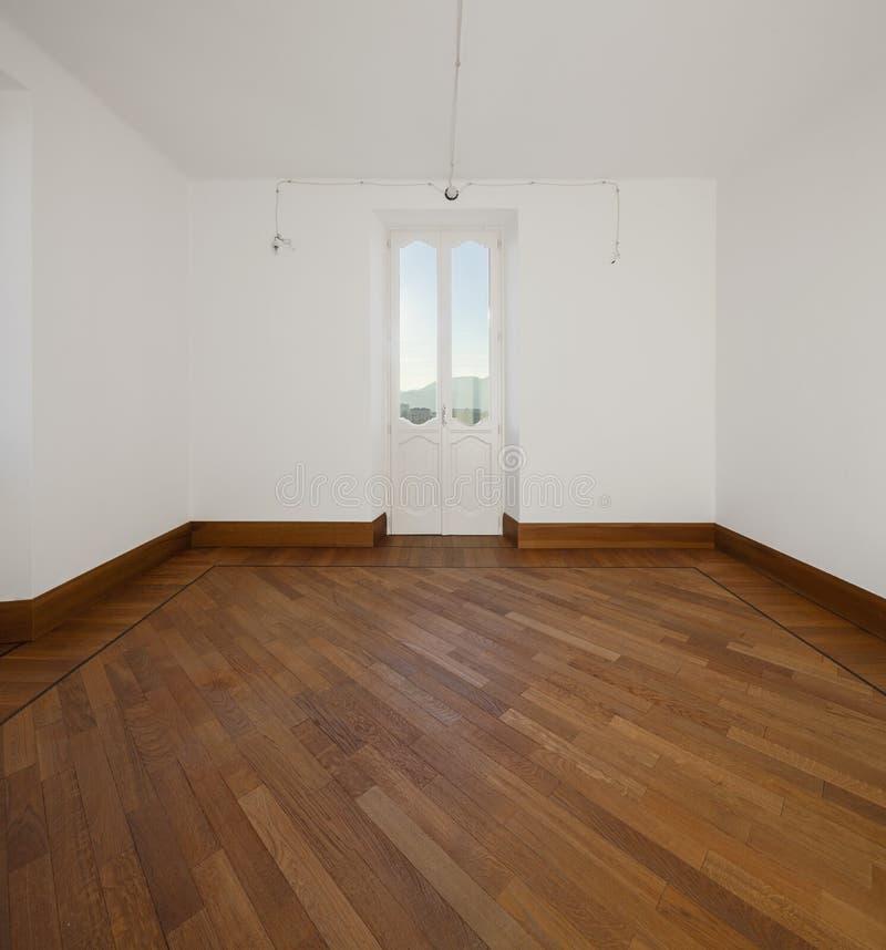 Άσπρο κενό δωμάτιο με δύο παράθυρα που αγνοούν τους ελβετικούς λόφους στοκ φωτογραφίες