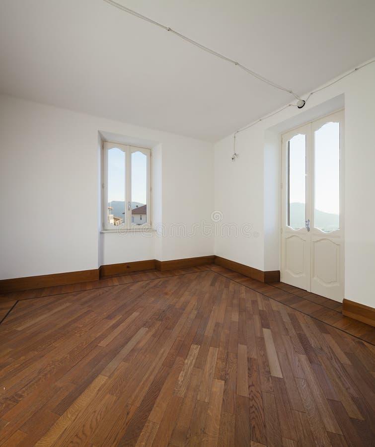 Άσπρο κενό δωμάτιο με δύο παράθυρα που αγνοούν τους ελβετικούς λόφους στοκ εικόνες με δικαίωμα ελεύθερης χρήσης