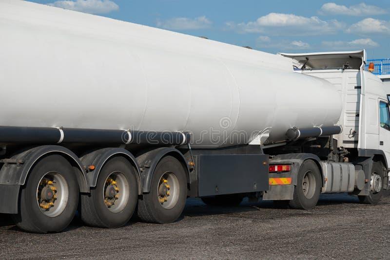 Άσπρο κενό φορτηγό δεξαμενών, οπισθοσκόπο, ένα αντικείμενο στο δρόμο στοκ φωτογραφία με δικαίωμα ελεύθερης χρήσης