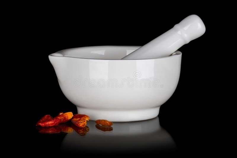 Άσπρο κεραμικό κονίαμα με τα ξηρά πιπέρια τσίλι στοκ εικόνες