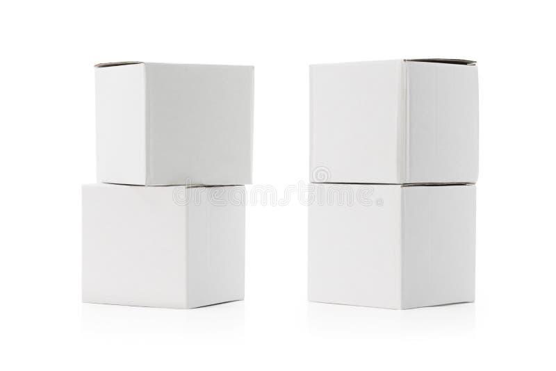 Άσπρο κιβώτιο που απομονώνεται στο άσπρο υπόβαθρο Παράδοση εχθρών συσκευασίας χαρτονιού ή το σχέδιό σας Ψαλιδίζοντας πορείες ή απ απεικόνιση αποθεμάτων