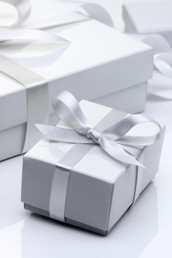 Άσπρο κιβώτιο δώρων στοκ εικόνες