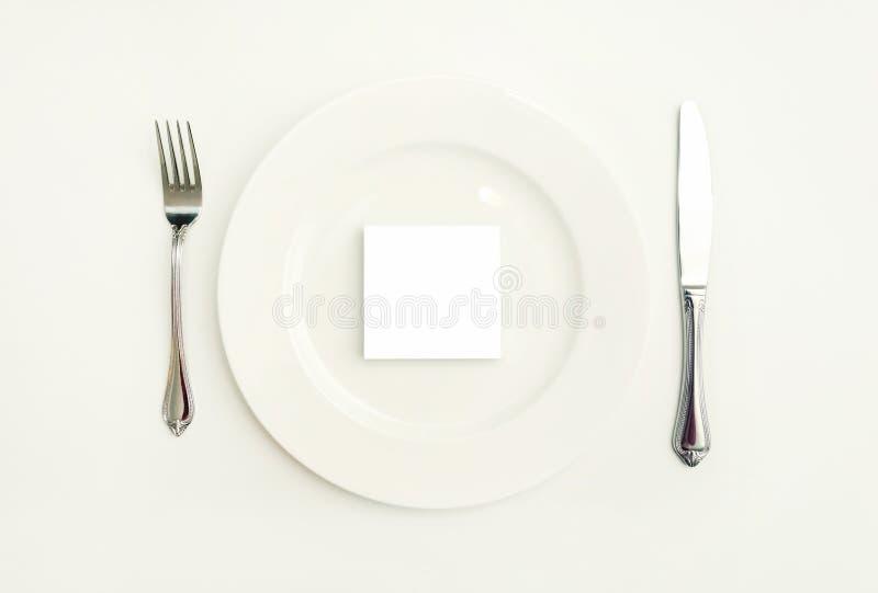 Άσπρο κομμάτι χαρτί στο πιάτο στον πίνακα στοκ φωτογραφίες με δικαίωμα ελεύθερης χρήσης