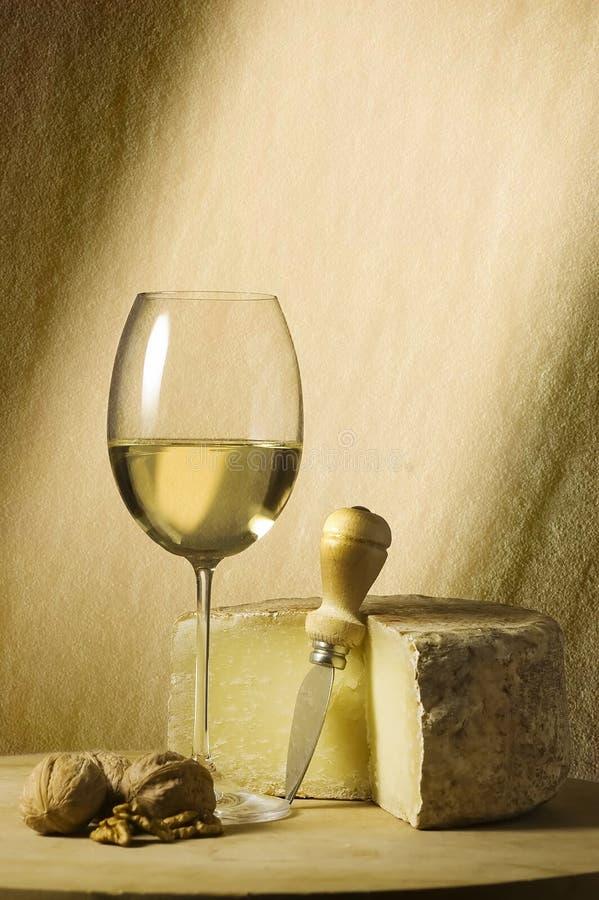 άσπρο κρασί γυαλιού τυριώ& στοκ εικόνες