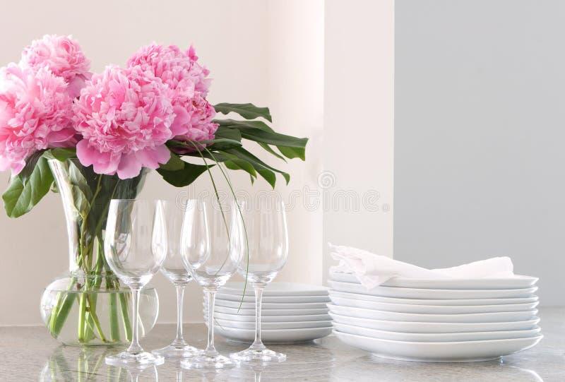 άσπρο κρασί γυαλιών πιάτων peonies στοκ εικόνα