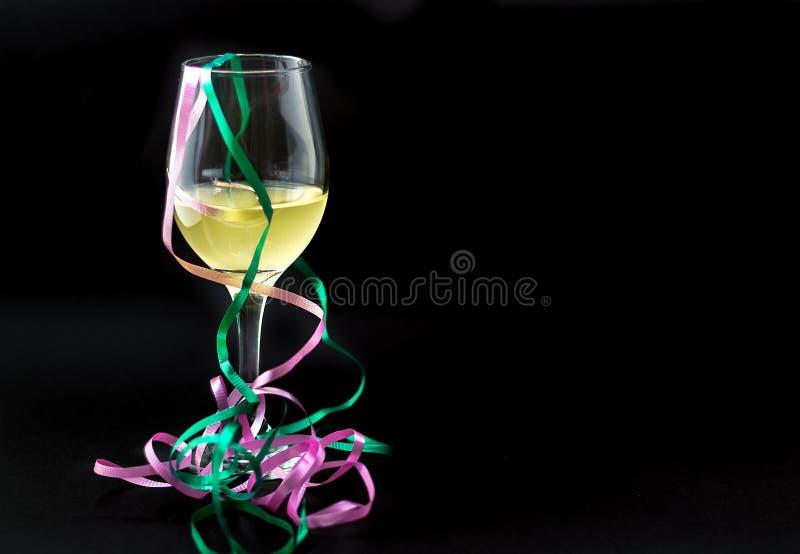 Download Άσπρο κρασί σε ένα γυαλί με τις κορδέλλες Στοκ Εικόνες - εικόνα από κρασί, φωτογραφία: 62722286