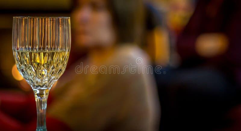 Άσπρο κρασί στο γυαλί κρυστάλλου σε ένα κόμμα στοκ φωτογραφία με δικαίωμα ελεύθερης χρήσης