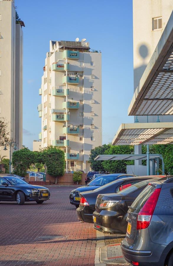 Άσπρο κτήριο με τα μπλε ημικυκλικά μπαλκόνια στοκ φωτογραφία με δικαίωμα ελεύθερης χρήσης