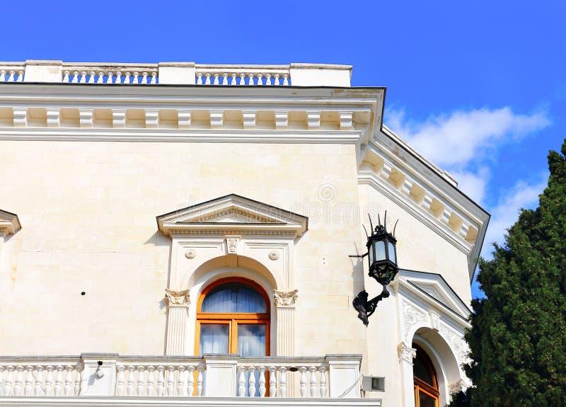 Άσπρο κτήριο με τη σκάλα μπαλκονιών και πετρών στοκ φωτογραφίες