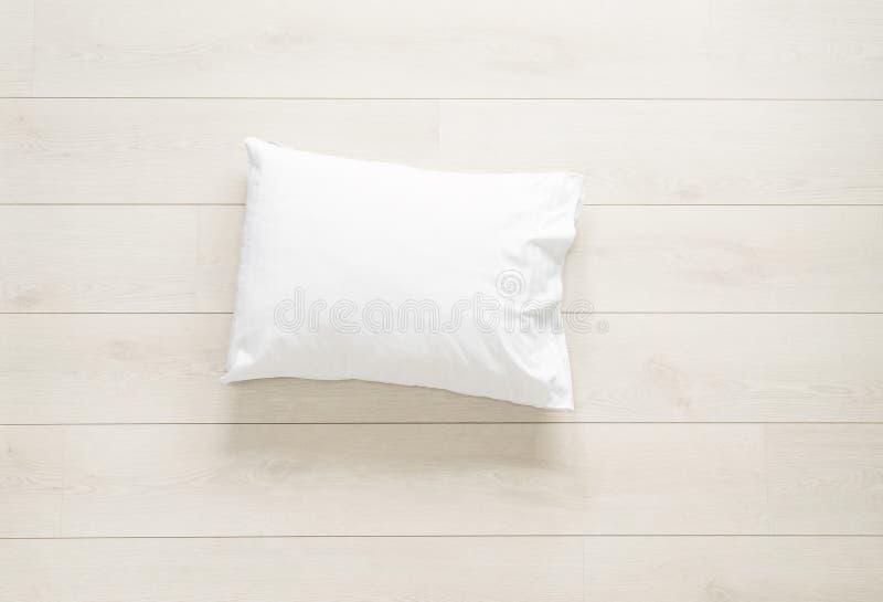 Άσπρο μαξιλάρι στο πάτωμα στοκ εικόνες