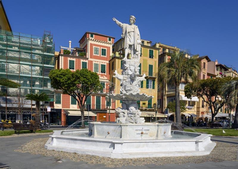 Άσπρο μαρμάρινο άγαλμα Cristoforo Columbo σε μια πηγή στον περίπατο σε Santa Margherita Ligure, Ιταλία στοκ εικόνες