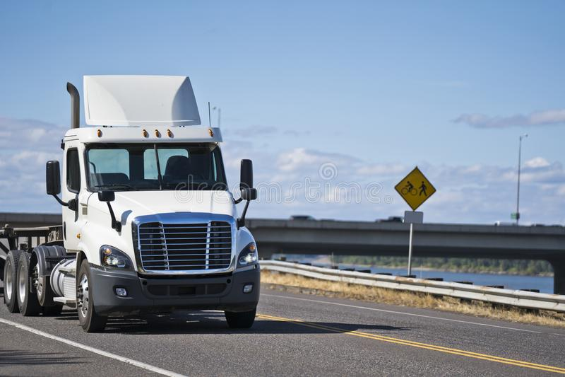 Άσπρο μεγάλο εγκαταστάσεων γεώτρησης ημέρας ημι φορτηγό μεταφορέων αμαξιών τοπικό με το επίπεδο κρεβάτι ημι στοκ εικόνες