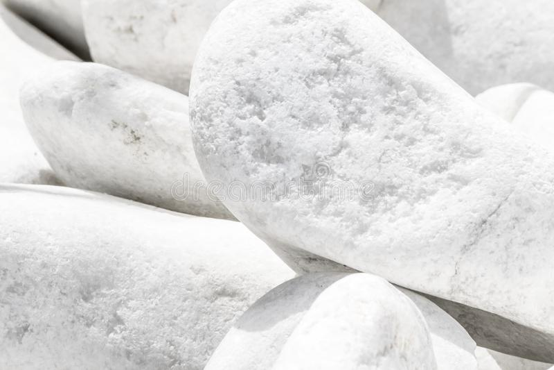Άσπρο μεγάλο υπόβαθρο σωρών πετρών κινηματογραφήσεων σε πρώτο πλάνο Φυσικό περιβαλλοντικό διακοσμητικό υλικό στοκ φωτογραφία με δικαίωμα ελεύθερης χρήσης