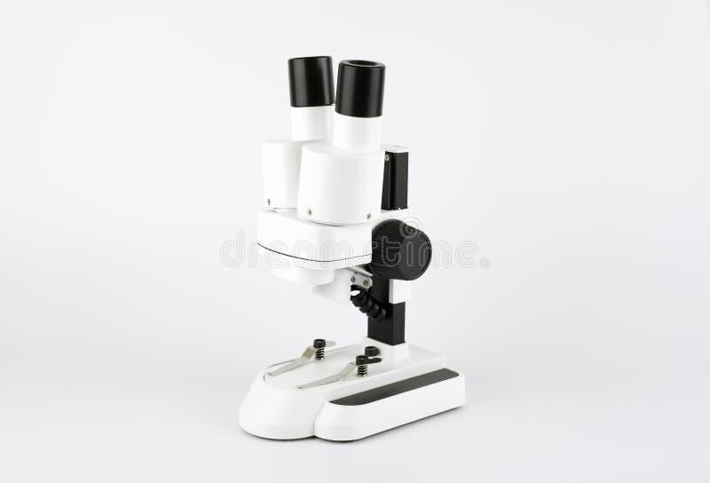 Άσπρο μικροσκόπιο που απομονώνεται στο άσπρο υπόβαθρο στοκ εικόνα με δικαίωμα ελεύθερης χρήσης