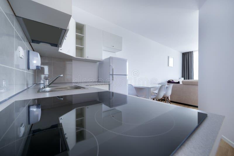 Άσπρο, μικρό και συμπαγές εσωτερικό κουζινών στοκ φωτογραφίες με δικαίωμα ελεύθερης χρήσης
