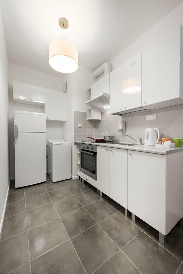Άσπρο, μικρό και συμπαγές εσωτερικό σχέδιο κουζινών στοκ εικόνες