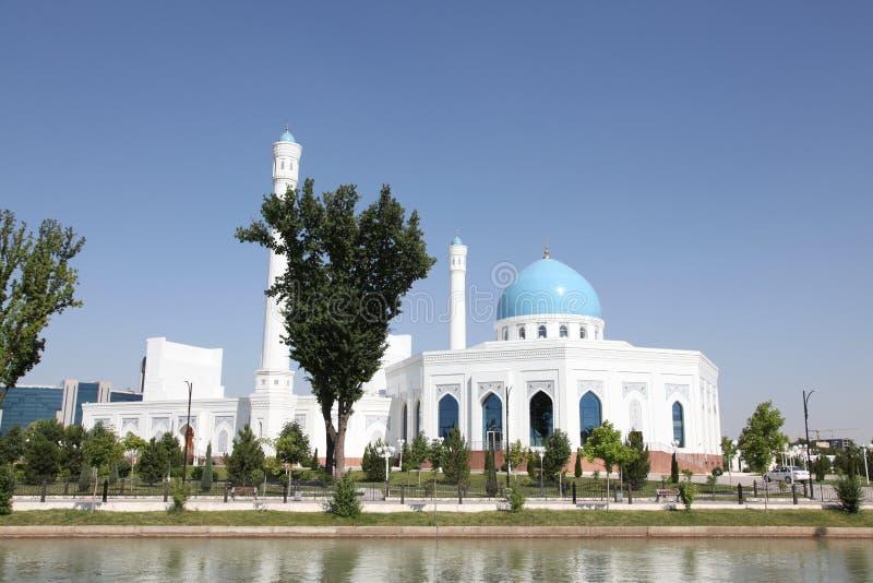Άσπρο μουσουλμανικό τέμενος στην Τασκένδη στο Ουζμπεκιστάν στοκ φωτογραφία με δικαίωμα ελεύθερης χρήσης