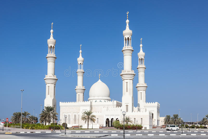 Άσπρο μουσουλμανικό τέμενος σε Ajman στοκ φωτογραφία