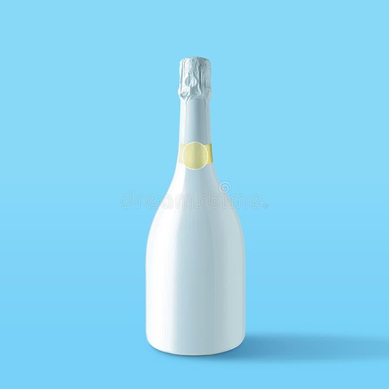 Άσπρο μπουκάλι σαμπάνιας στο μπλε υπόβαθρο Ελάχιστη έννοια κόμματος στοκ εικόνα