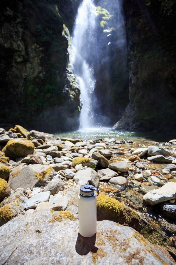 Άσπρο μπουκάλι νερό στον καταρράκτη στοκ φωτογραφία με δικαίωμα ελεύθερης χρήσης