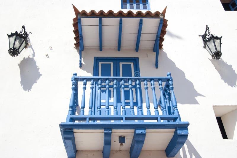 Άσπρο μπλε μπαλκόνι με τους λαμπτήρες στοκ φωτογραφία