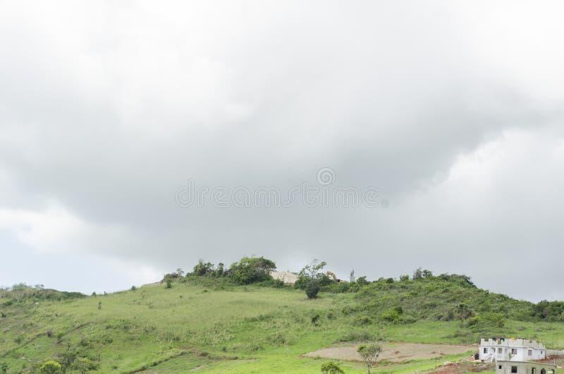 Άσπρο νεφελώδες πράσινο χλοώδες γήινο υπόβαθρο ουρανού στοκ φωτογραφία με δικαίωμα ελεύθερης χρήσης